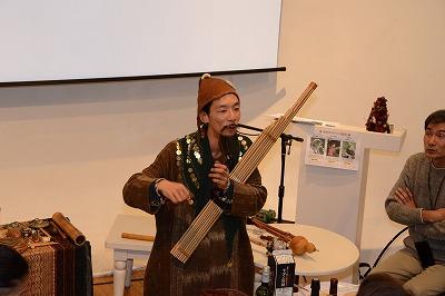 地球音楽士の宗田悠さんによる演奏。自作の創作楽器に酔いしれました。