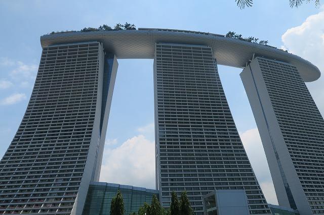 シンガポールといえばこのマリーナベイサンズ。こちらに3泊、屋上のプールも楽しめました。