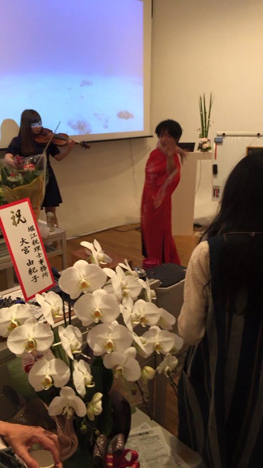 バイオリニストの加藤菜々子さんの演奏と即興ダンサーの小村作真さんのジョイント演舞