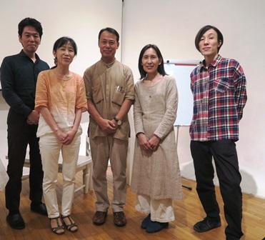 中央:岡部賢二先生 中央右:吉度ちはる様 最右:小畑亮吾氏(ヴァイオリン演奏)